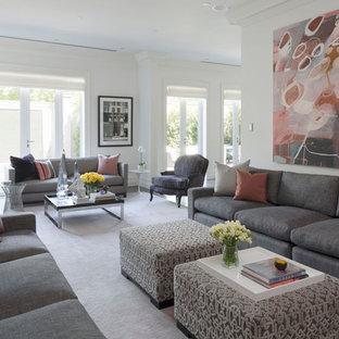 Esempio di un ampio soggiorno minimal aperto con sala formale, pareti bianche, moquette, camino classico, cornice del camino in intonaco, TV nascosta e pavimento rosa