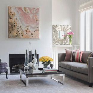 Cette image montre un très grand salon design ouvert avec un mur blanc, une cheminée standard, moquette, un manteau de cheminée en plâtre, un téléviseur dissimulé et un sol rose.