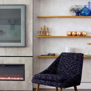 ニューヨークの中サイズのミッドセンチュリースタイルのおしゃれなリビングロフト (グレーの壁、濃色無垢フローリング、横長型暖炉、タイルの暖炉まわり、壁掛け型テレビ、茶色い床) の写真