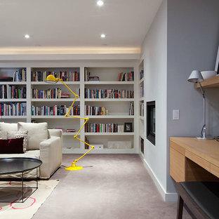 トロントの大きいミッドセンチュリースタイルのおしゃれなリビング (ライブラリー、カーペット敷き、横長型暖炉) の写真