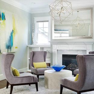 Ispirazione per un soggiorno tradizionale di medie dimensioni con sala formale, pareti grigie, parquet scuro, camino classico e nessuna TV