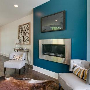 Idee per un soggiorno moderno di medie dimensioni e aperto con pareti bianche, parquet scuro, camino sospeso, cornice del camino in metallo e TV a parete