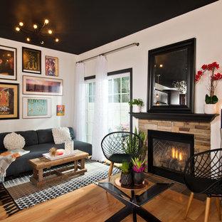 Diseño de salón abierto, contemporáneo, pequeño, sin televisor, con paredes blancas, chimenea tradicional, marco de chimenea de piedra, suelo de madera en tonos medios y suelo marrón