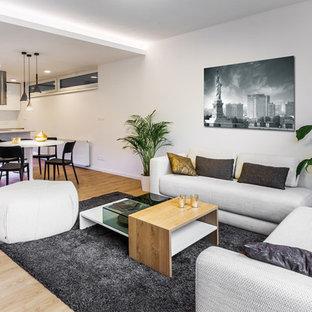 Ispirazione per un soggiorno contemporaneo di medie dimensioni e aperto con pavimento in compensato, nessun camino, pavimento marrone e pareti bianche