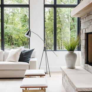 Großes, Offenes Country Wohnzimmer mit weißer Wandfarbe, hellem Holzboden, Kamin, Kaminsims aus Stein und verstecktem TV in Salt Lake City