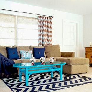 サンディエゴの小さいビーチスタイルのおしゃれなLDK (ミュージックルーム、白い壁、磁器タイルの床、暖炉なし、コンクリートの暖炉まわり、テレビなし、ベージュの床) の写真