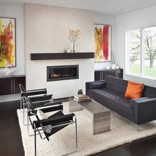Пример оригинального дизайна: парадная, изолированная гостиная комната среднего размера в современном стиле с полом из бамбука, белыми стенами и горизонтальным камином без ТВ