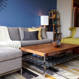 Idée de décoration pour un petit salon minimaliste ouvert avec un mur bleu, un sol en bois brun et un sol gris.