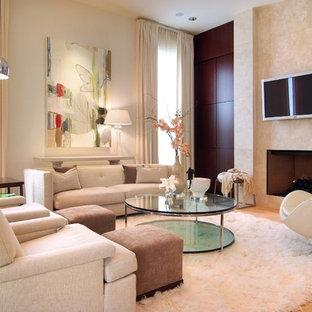 Idee per un grande soggiorno minimalista con sala formale, pareti beige, pavimento in travertino, camino classico, cornice del camino piastrellata, TV a parete e pavimento beige