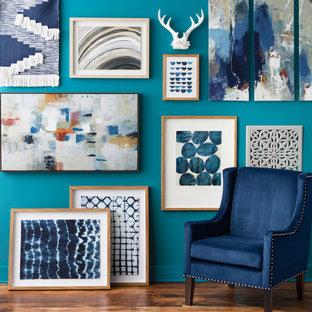 Modelo de salón para visitas cerrado, minimalista, pequeño, sin chimenea y televisor, con paredes azules, suelo de madera oscura y suelo marrón