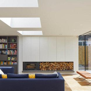 Foto di un soggiorno minimalista di medie dimensioni e chiuso con parquet chiaro e pavimento beige