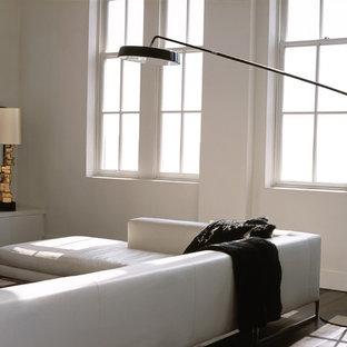 Bild på ett funkis vardagsrum, med vita väggar och svart golv