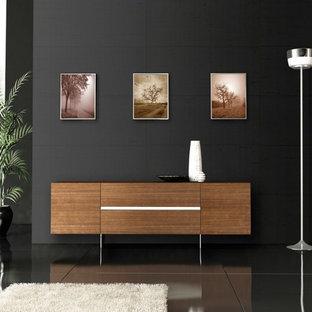 Modelo de salón para visitas abierto, minimalista, de tamaño medio, sin chimenea, con paredes negras, suelo de mármol, televisor independiente y suelo negro