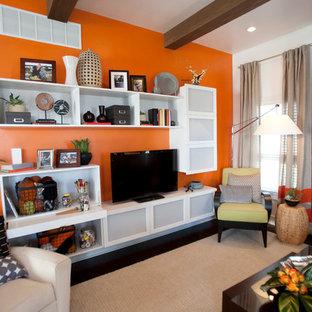 Imagen de salón abierto, minimalista, de tamaño medio, con parades naranjas, suelo de madera oscura, todas las chimeneas, marco de chimenea de baldosas y/o azulejos y televisor independiente