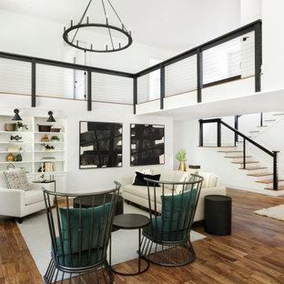 Großes, Offenes Landhaus Wohnzimmer mit weißer Wandfarbe, braunem Holzboden, Kamin, Kaminumrandung aus gestapelten Steinen, Wand-TV, braunem Boden und gewölbter Decke in Portland