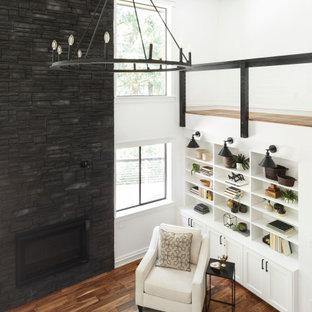 Idéer för stora lantliga allrum med öppen planlösning, med vita väggar, mellanmörkt trägolv, en standard öppen spis, en väggmonterad TV och brunt golv
