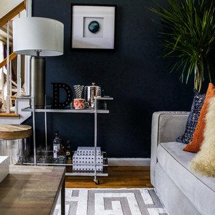 Imagen de salón cerrado, minimalista, pequeño, con paredes azules, suelo de madera en tonos medios, televisor colgado en la pared y suelo gris