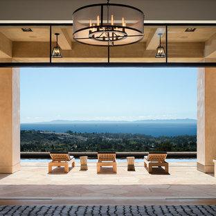 Foto på ett stort funkis allrum med öppen planlösning, med ett finrum, vita väggar, ljust trägolv och en standard öppen spis