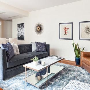 Esempio di un soggiorno stile marinaro aperto con pareti bianche, pavimento in legno massello medio e pavimento arancione