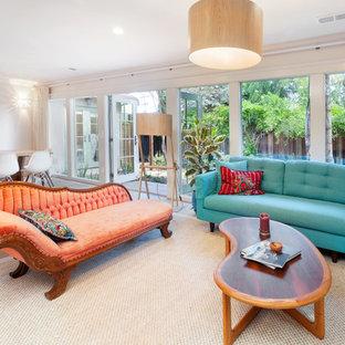 Exempel på ett eklektiskt allrum med öppen planlösning, med ett finrum, ljust trägolv, en öppen vedspis, beiget golv och vita väggar