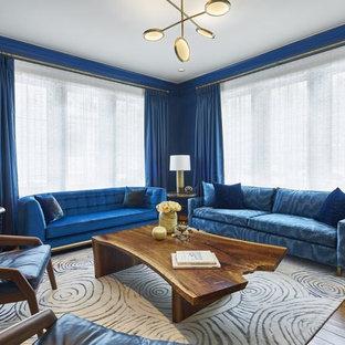 Exempel på ett stort klassiskt separat vardagsrum, med ett finrum, blå väggar, mellanmörkt trägolv, en dold TV och brunt golv
