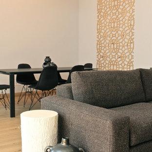 Idee per un grande soggiorno minimalista stile loft con pareti beige, pavimento in legno massello medio e TV a parete