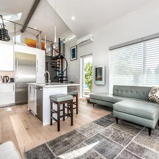 Foto di un piccolo soggiorno minimal con parquet chiaro, pareti bianche e nessun camino