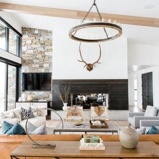 Inspiration för klassiska allrum med öppen planlösning, med vita väggar, en dubbelsidig öppen spis och en väggmonterad TV