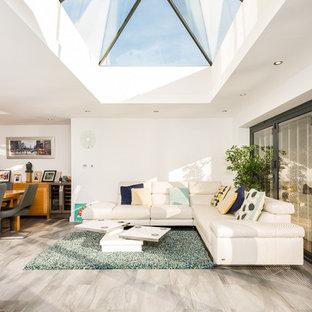 ハンプシャーの中くらいのトランジショナルスタイルのおしゃれなLDK (白い壁、スレートの床、グレーの床) の写真