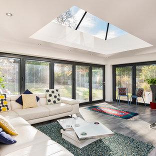 Esempio di un soggiorno classico di medie dimensioni e aperto con pareti bianche, pavimento in ardesia e pavimento grigio