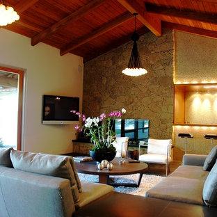 Großes, Repräsentatives, Offenes Modernes Wohnzimmer mit weißer Wandfarbe, Schieferboden, Kamin, Kaminumrandung aus Beton, Wand-TV und buntem Boden in Los Angeles