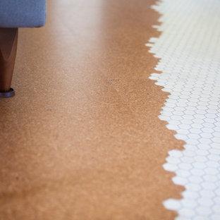 Idee per un soggiorno di medie dimensioni con pavimento in sughero e pavimento marrone