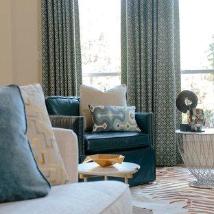 Diseño de salón abierto, moderno, de tamaño medio, con paredes beige, suelo de travertino, chimenea tradicional y marco de chimenea de baldosas y/o azulejos