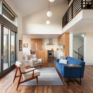 Ispirazione per un soggiorno minimal di medie dimensioni con pareti bianche, parquet scuro e pavimento marrone