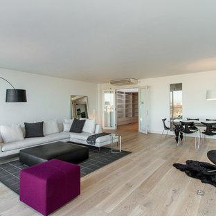 Неиссякаемый источник вдохновения для домашнего уюта: открытая гостиная комната в скандинавском стиле с белыми стенами и светлым паркетным полом