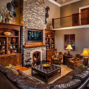 Rustikales Wohnzimmer mit Kaminsims aus Stein in Charleston