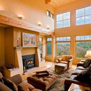 Idée de décoration pour un salon sud-ouest américain avec un mur orange et un sol en bois brun.