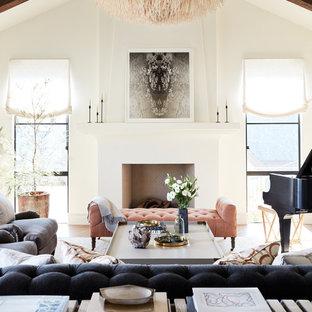 Bild på ett mellanstort medelhavsstil allrum med öppen planlösning, med ett musikrum, vita väggar, mellanmörkt trägolv, en standard öppen spis, en spiselkrans i gips och vitt golv