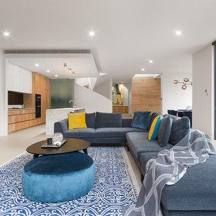 Стильный дизайн: открытая гостиная комната в современном стиле с белыми стенами, горизонтальным камином и серым полом - последний тренд