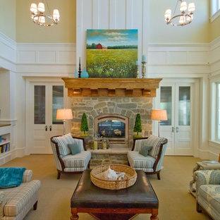 Idee per un grande soggiorno chic aperto con pareti gialle, moquette, camino classico, cornice del camino in pietra e nessuna TV
