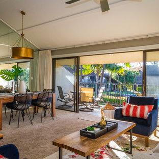 Imagen de salón para visitas abierto, tropical, con paredes marrones, moqueta, televisor independiente y suelo marrón