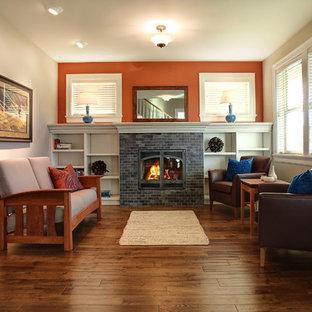 Esempio di un soggiorno stile americano con cornice del camino piastrellata