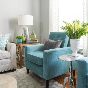 Modelo de salón abierto, minimalista, de tamaño medio, sin chimenea, con paredes grises, suelo de madera clara y televisor independiente