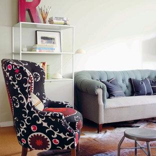 Idéer för eklektiska vardagsrum, med beige väggar och korkgolv