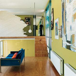 メルボルンの中くらいのコンテンポラリースタイルのおしゃれなリビングロフト (緑の壁、合板フローリング、暖炉なし、テレビなし) の写真
