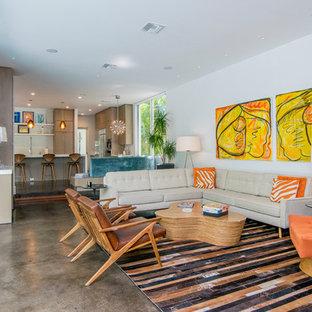 Inredning av ett retro mellanstort allrum med öppen planlösning, med vita väggar, betonggolv, ett finrum, en fristående TV och brunt golv