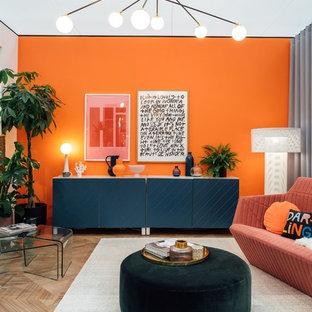 Imagen de salón contemporáneo con parades naranjas, suelo vinílico y suelo marrón