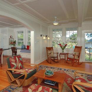 ハワイの中サイズのトロピカルスタイルのおしゃれなLDK (白い壁、竹フローリング、暖炉なし、テレビなし) の写真