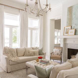 Idee per un grande soggiorno chic chiuso con pareti bianche e camino classico