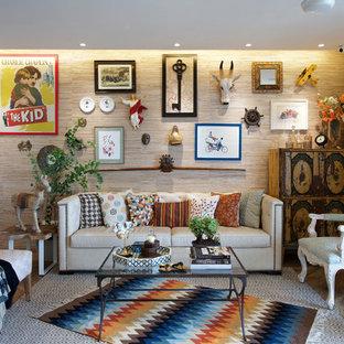 Fernseherloses Stilmix Wohnzimmer mit beiger Wandfarbe und braunem Holzboden in Mumbai
